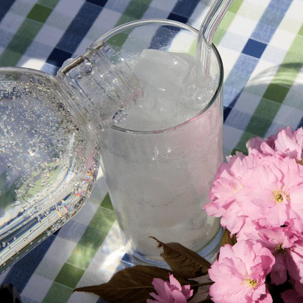 Sprudelwasser aus dem Drinkmate Wassersprudler mit Kirschblüte