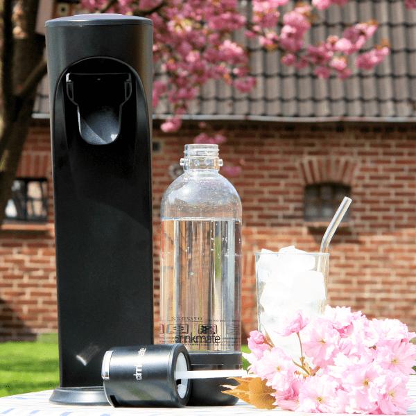 Drinkmate Wassersprudler vor Kirschbaum mit gesprudelter Soda